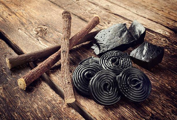 fasi di produzione di liquirizia, radici puro blocchi e dei dolciumi. - liquirizia foto e immagini stock