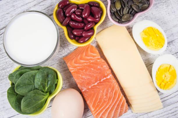 bir sürü d vitamini içeren ürünler kapatın. - vitamin d stok fotoğraflar ve resimler