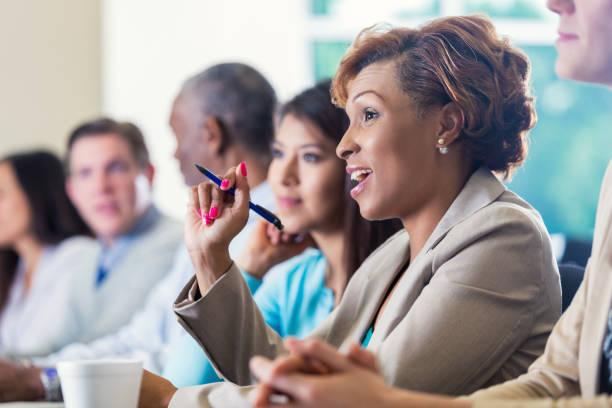 mulher de negócios americano africano profissional pedir questão durante a conferência de negócios - consciencia negra - fotografias e filmes do acervo