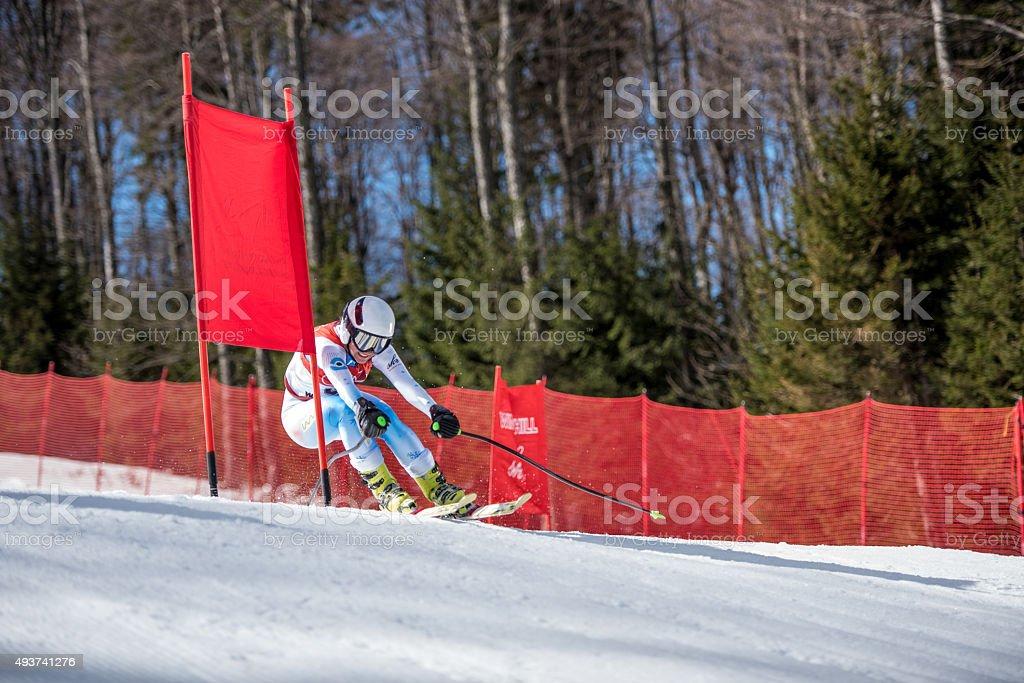 Professionnel Skieur alpin dans la posture Zooming passé pole gate - Photo