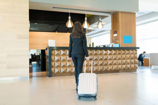 otelde resepsiyon alanında profesyonel varış - hotel reception stok fotoğraflar ve resimler