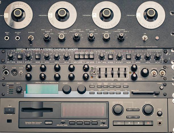 professionelle audiovisuelle ausstattung - uhrenhalter stock-fotos und bilder