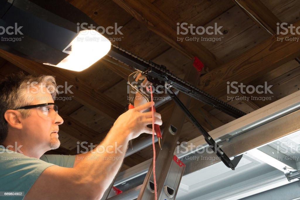 Professional automatic garage door opener repair service technician working closeup – Foto