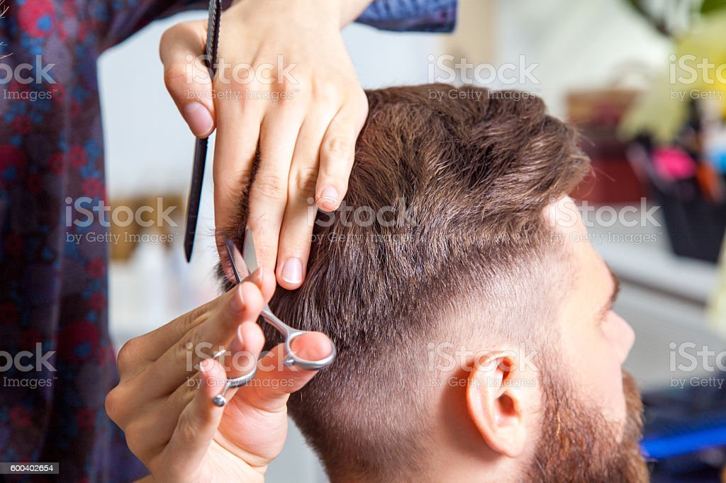 Professional barber styling hair of his client – Foto