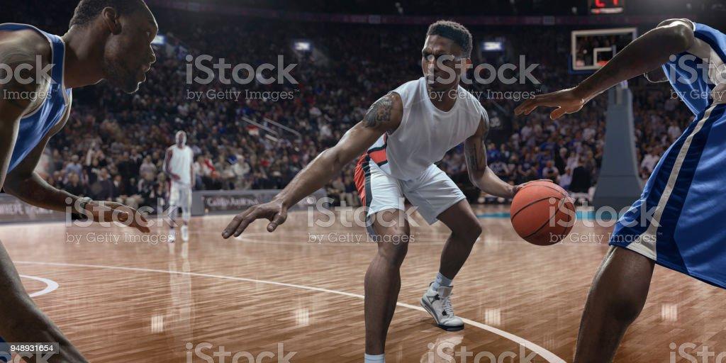 Ball in der Nähe von Gegnern im Spiel dribbeln Basketballspieler – Foto