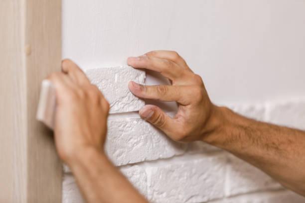 professional builder kleben dekorative fliesen an wand. - betonkleber stock-fotos und bilder