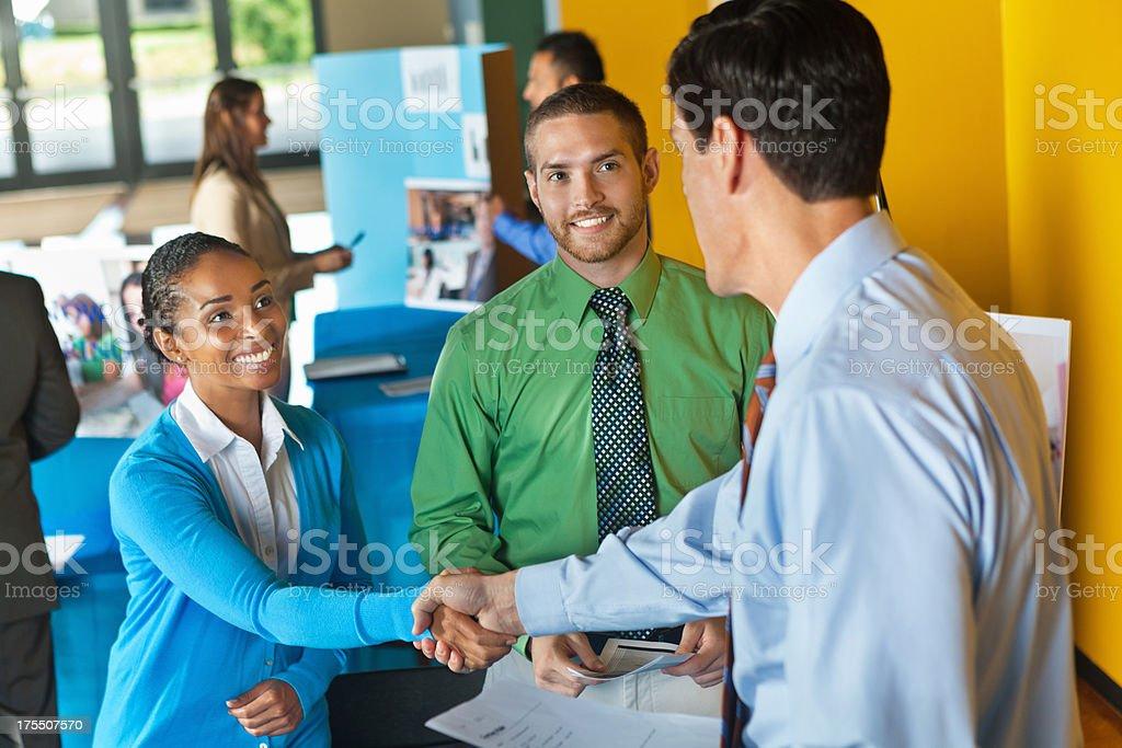 Professionelle business team schütteln die Hände mit Geschäftsmann im job fair – Foto