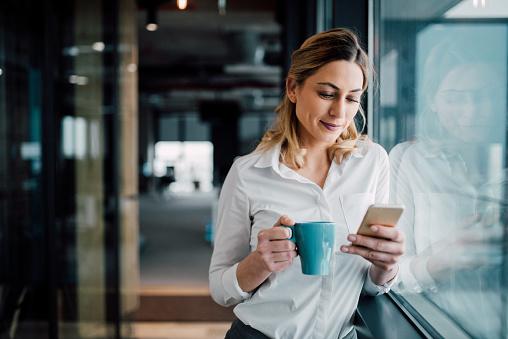 職業女商人發短信 照片檔及更多 30多歲 照片