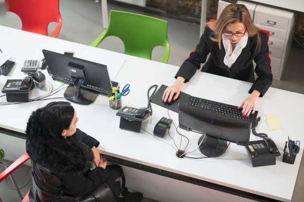 Professionelle Geschäftsfrau Arbeit mit Klienten Dichtung. Reisebüro Büro moderne Interieur Kundenservice. – Foto