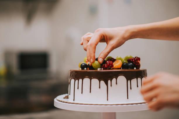 professionelle kuchendekoration, nahaufnahme, kopierraum. - grape sugar stock-fotos und bilder