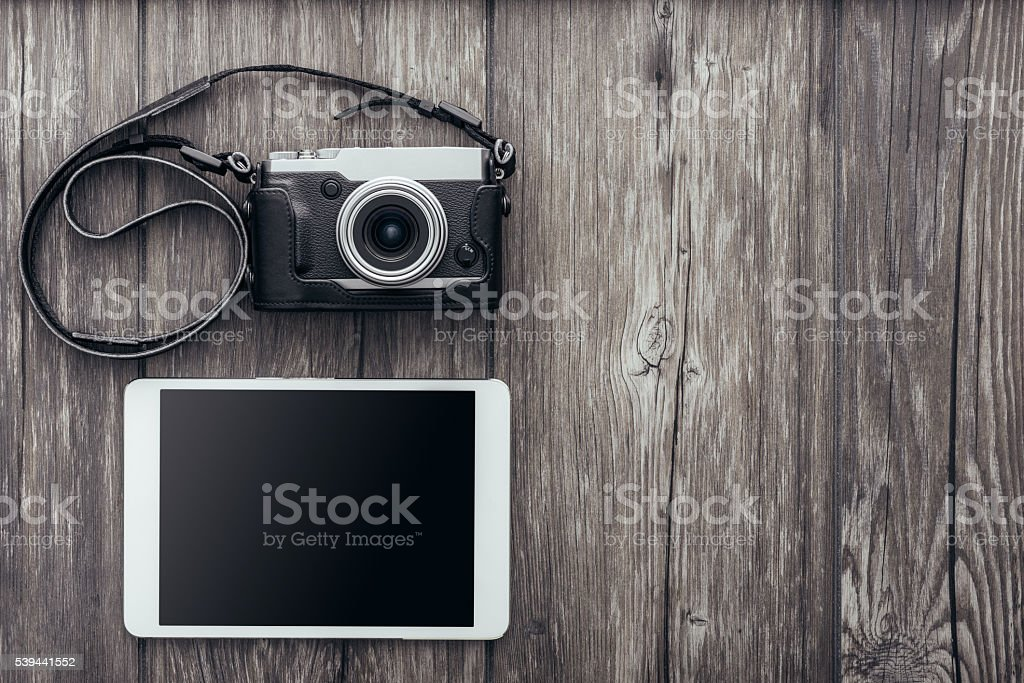 Câmera profissional e comprimido - foto de acervo