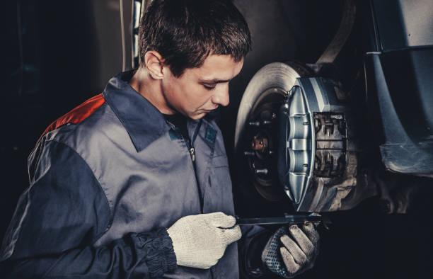 專業汽車修理工修理刹車 - 剎車制 個照片及圖片檔