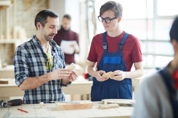 Beruflicher Tischler gibt jungen Kerl Rat – Foto