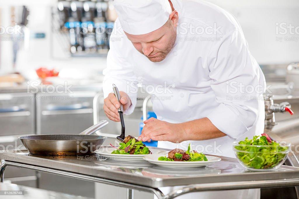 Le professionnalisme du chef de préparer un plat de viande au restaurant - Photo