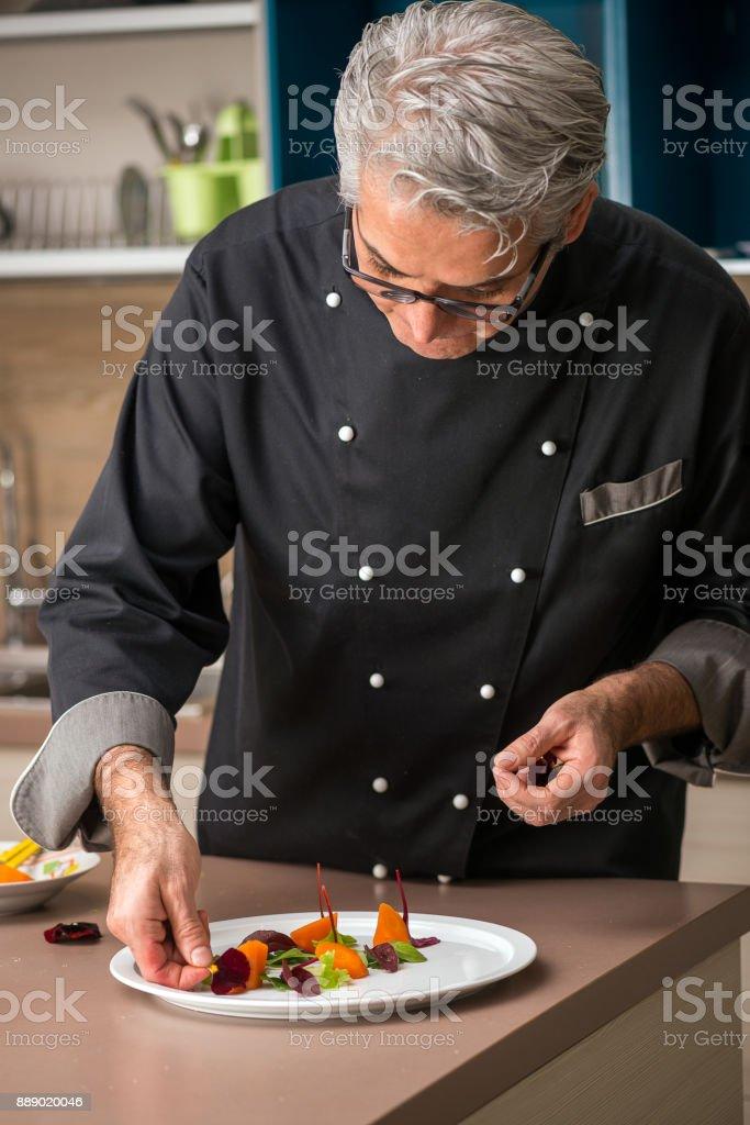 Chef professionnel, préparation de repas dans la maison privée: saisie-arrêt plat de rôti de porc - Photo