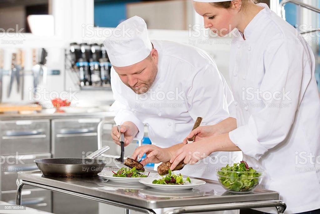 Des nos chefs préparent un plat de viande au restaurant - Photo
