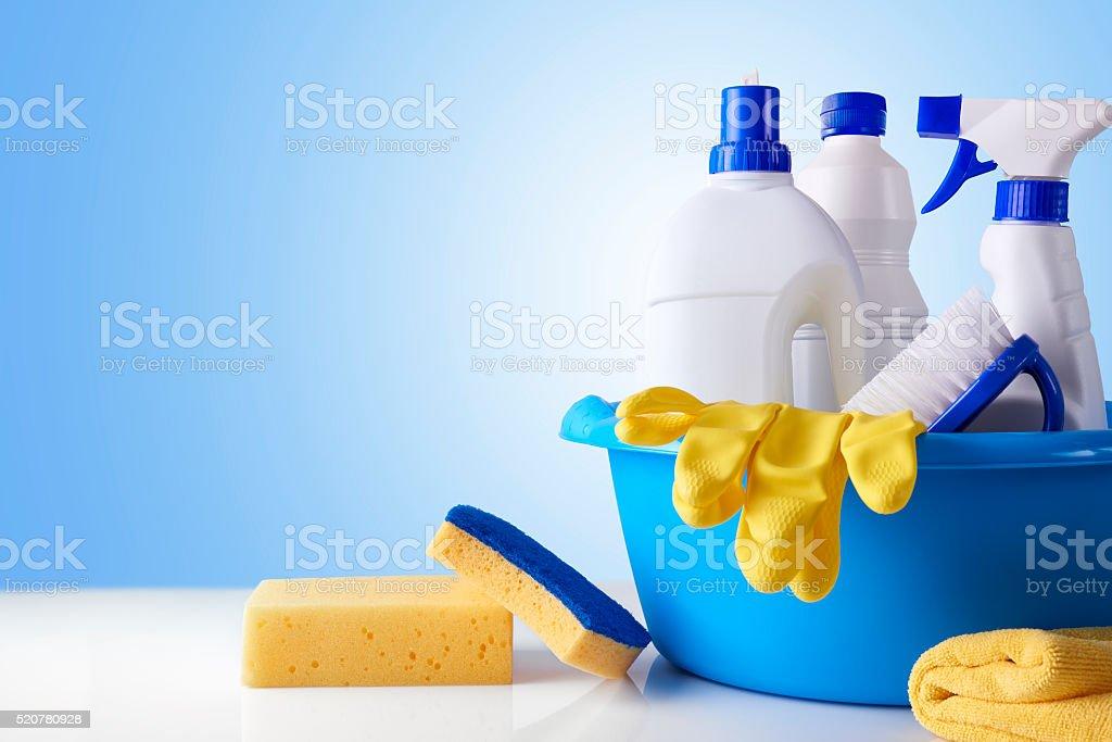 Equipos de limpieza profesional en blanco, Tabla con descripción general - foto de stock