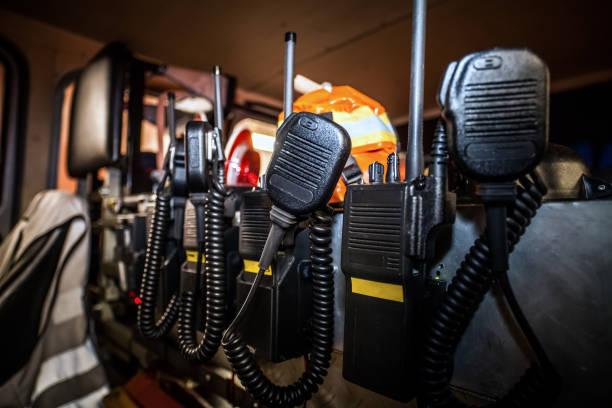 hdr - professionelle kommunikations-ausrüstung für die feuerwehr - feuerwehrmann deutsch stock-fotos und bilder