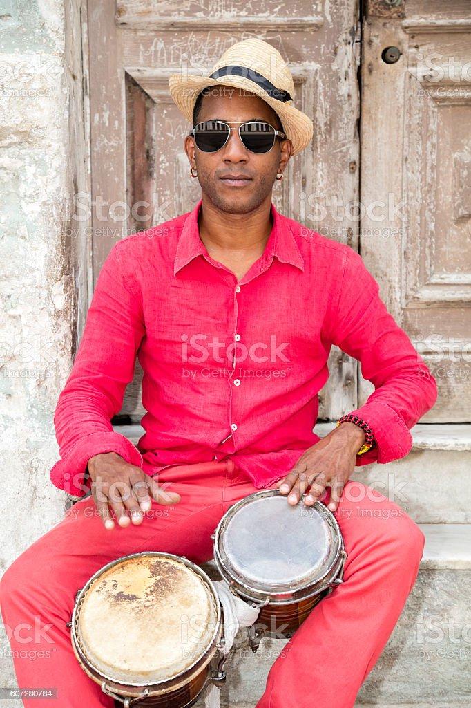 Conga cubano reproductor de tambor profesional - foto de stock
