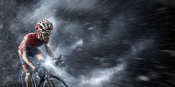 Ciclista profesional en vehemente sky - foto de stock