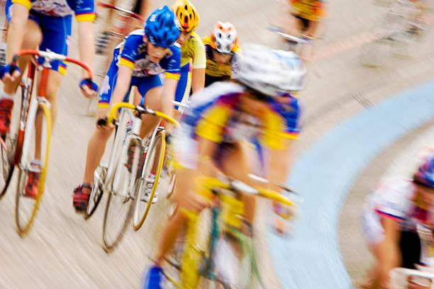 Radprofis konnten racing in peloton Bildung auf einem Velodrom – Foto
