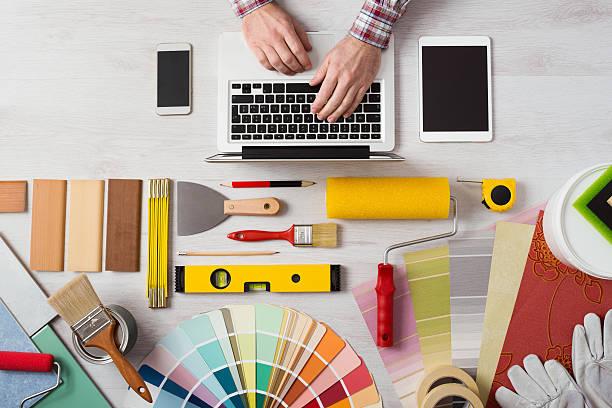 professioneller dekorateur arbeiten am schreibtisch - maler gesucht stock-fotos und bilder