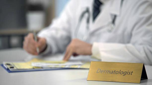 profesional dermatólogo charlando con el paciente en la computadora portátil, consulta en línea - dermatología fotografías e imágenes de stock