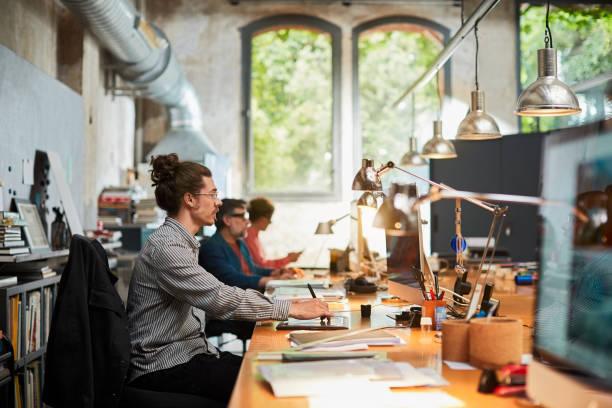 concepteur professionnel travaillant et utilisant un ordinateur, petite entreprise. - graphisme photos et images de collection