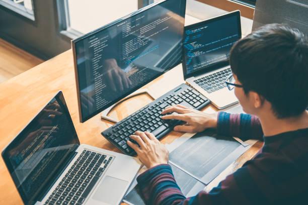 professional development-programmierer arbeiten in programmierung webseite eine software und coding technologie, schreiben von codes und datencode programmierung mit html, php und javascript - webdesigner stock-fotos und bilder