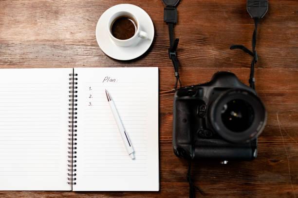 Professionelle Digitalkamera mit Notebook und Kaffee auf Holztisch – Foto