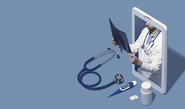 médico profesional dando una consulta en línea - telehealth fotografías e imágenes de stock
