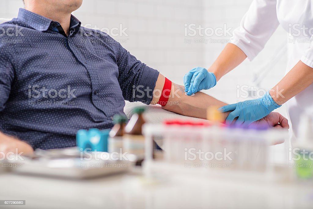 Professional doctor preparing patient for procedure - foto de stock