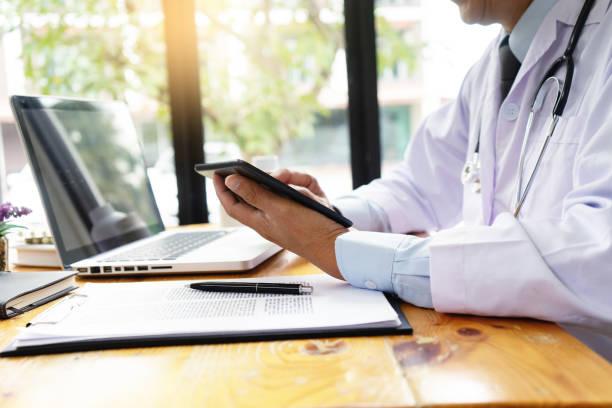 médico profesional utilice el ordenador - telehealth fotografías e imágenes de stock