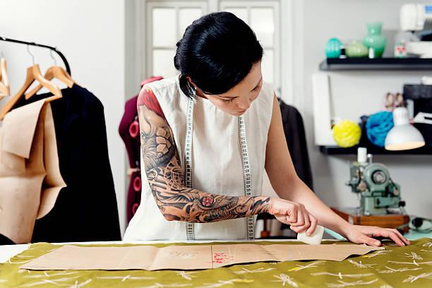 professionelle dressmaker bei der arbeit - tatto vorlagen stock-fotos und bilder