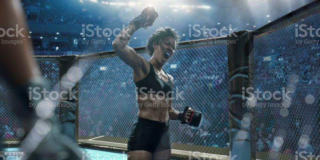 Professionelle weiblich gemischt Martial-Arts-Kämpfer Anhebung Faust In Sieg – Foto