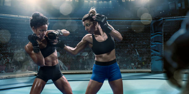Professionnel des Arts martiaux mixtes féminins combattants jettent coups de poing dans l'octogone - Photo