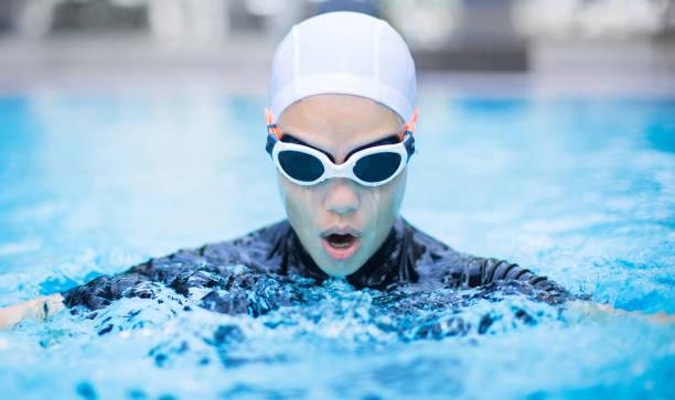 entrenamiento profesional de la nadadora en la piscina. - vuelta completa fotografías e imágenes de stock