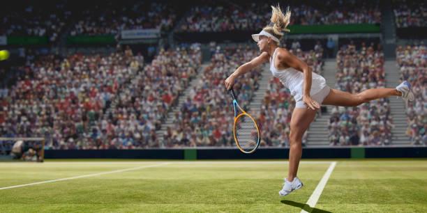 jugadora de tenis profesional femenina sirviendo en la cancha de hierba durante el partido - tenis fotografías e imágenes de stock