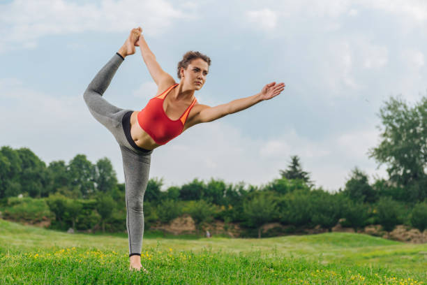 professionelle fitness-trainer zeigt wichtige yoga-posen - immunsystem stärken stock-fotos und bilder