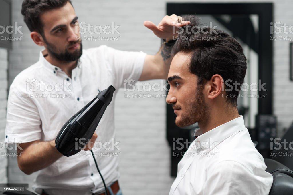 profesyonel kuaför saç kurutma makinesi bulunan istemcinin saç kurutma - Royalty-free Adamlar Stok görsel