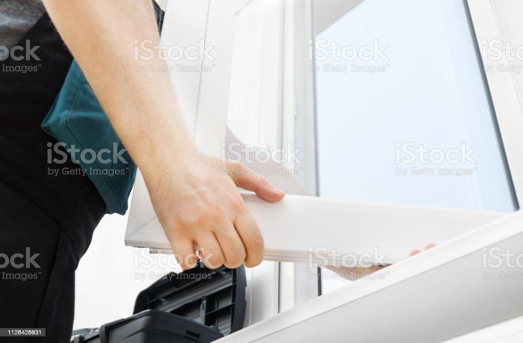 Handyman profesional instalación de ventana en casa. foto de stock libre de derechos