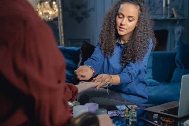 professional healer using magic stones for chakra balancing - mão no chakras velas imagens e fotografias de stock