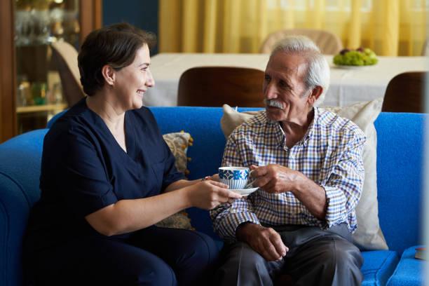 專業有用的照顧者和老人在家訪圖像檔