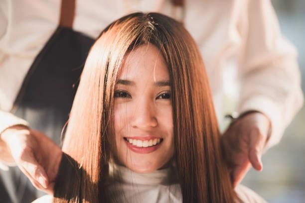 hirdresser chuyên nghiệp thiết kế kiểu tóc của smilling cô gái trẻ với màu nâu tươi sáng và cắt tại tiệm cắt tóc - ideal hair length  hình ảnh sẵn có, bức ảnh & hình ảnh trả phí bản quyền một lần