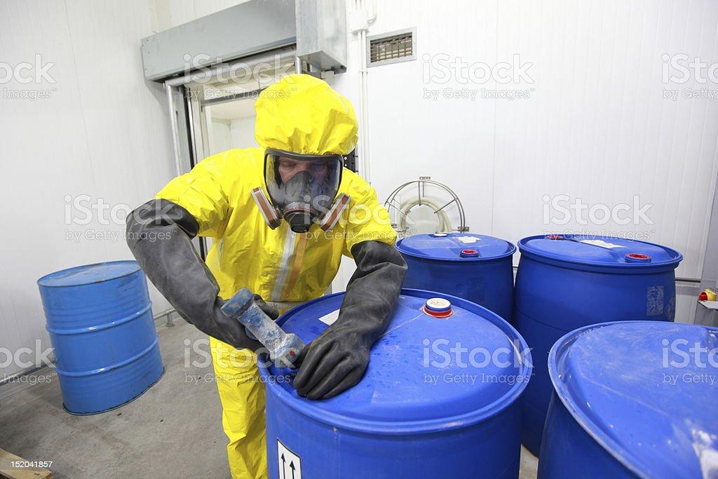 Profesional en uniforme trata de sustancias químicas - foto de stock