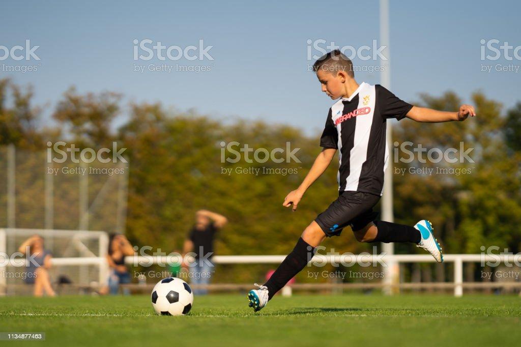 プロのジュニアサッカー選手屋外フリーキック - 10歳から11歳の ...