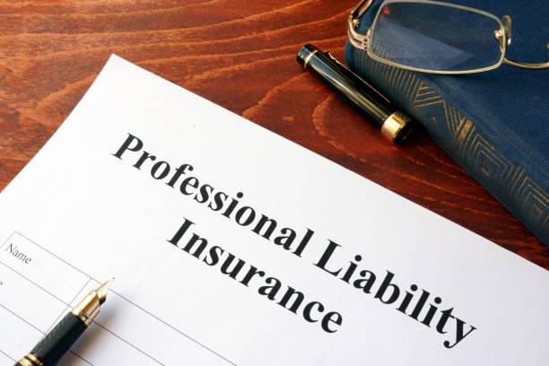 テーブルの上の専門職賠償責任保険。 - 機会 ストックフォトと画像