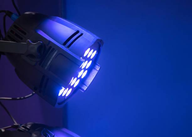 professionelle lichttechnik für bühnenauftritte an der decke - tageslichtbeamer stock-fotos und bilder