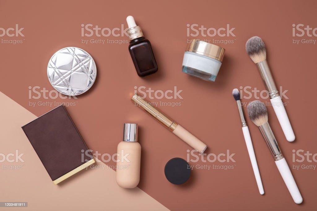 Il make-up artist professionista piatto giaceva su sfondo beige per la donna di moda. - Foto stock royalty-free di Accudire