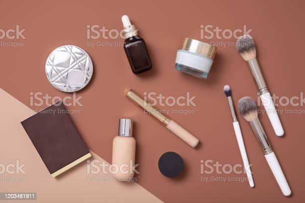 Il Makeup Artist Professionista Piatto Giaceva Su Sfondo Beige Per La Donna Di Moda - Fotografie stock e altre immagini di Accudire